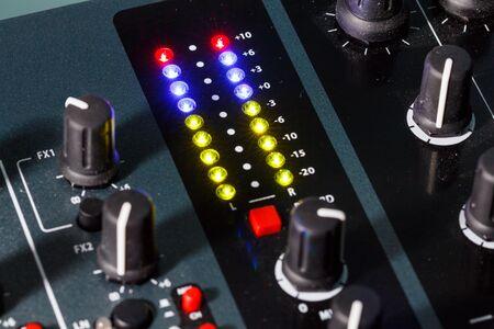 DJ ミキサー オーディオ レベル、聴覚障害、歪み