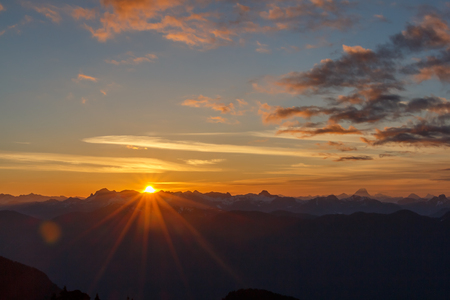 The sun rising over a vast mountain range. Taken from Mount Seymour in NOrth Vancouver, BC, Canada 版權商用圖片 - 81778150