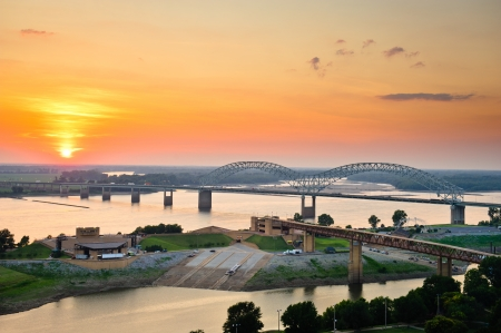Sunset over the Mississippi River, Hernando de Soto Bridge, and Mud Island River Park in Memphis, Tennessee, USA  Фото со стока