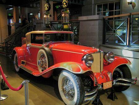 古典的な車赤