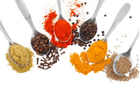 Indian Spices in Spoons Also Know as Red Chilli Powder, Black Pepper, Turmeric Powder, Coriander Powder, Cumin, Cloves, Mirchi, Mirch, Laal Mirchi, Haldi, Dhaniya Powder, Jeera, Kali Mirch or Lavang 版權商用圖片