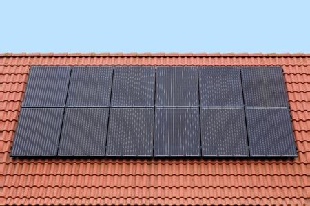 paneles solares: Paneles solares en un tejado Foto de archivo