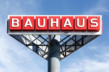 retail chain: Aarhus, Danimarca - 8 agosto 2015: Bauhaus logo nel cielo Bauhaus � una sede svizzera offrendo prodotti catena di negozi paneuropei per la casa, giardinaggio e laboratorio Editoriali