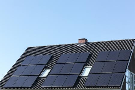 屋根の上の太陽電池パネル 写真素材
