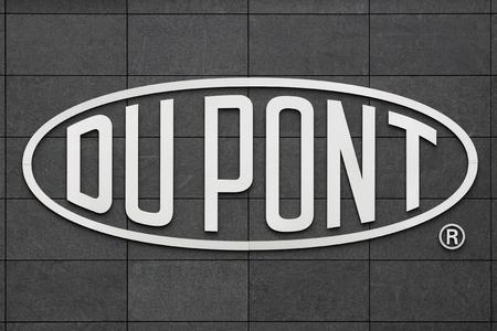 Aarhus, Danemark- 1 mai 2015: Logo de la marque Du Pont. DuPont est l'une des entreprises les plus innovantes Amériques et il est une société chimique américaine qui a été fondée en Juillet 1802 une usine de poudre à canon. Banque d'images - 44456756