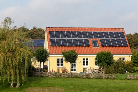 House with solar panels on the roof Zdjęcie Seryjne