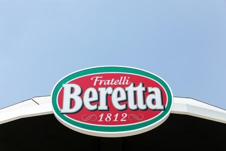 jamones: Milán, Italia - 21 de julio de 2015: Fratelli Beretta, histórica empresa italiana en la producción de embutidos y jamones