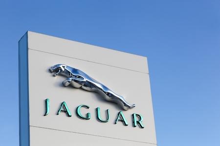 jaguar: Aarhus, Dinamarca - 17 de enero 2016: autom�viles Jaguar es una marca de Jaguar y Land Rover un fabricante de autom�viles multinacional brit�nica con sede en Whitley, Coventry, Inglaterra, propiedad Motors byTata desde 2008