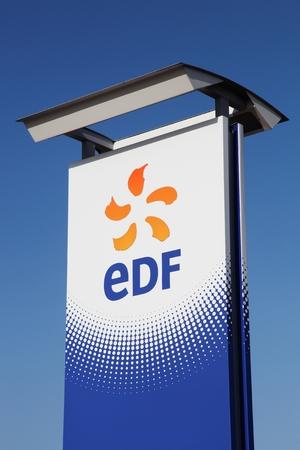 Saint-Vulbas, Frankrijk - 26 januari 2016: EDF is een Franse elektriciteitsmaatschappij, grotendeels eigendom van de Franse staat. Het hoofdkantoor is gevestigd in Parijs, Frankrijk Stockfoto - 54317066