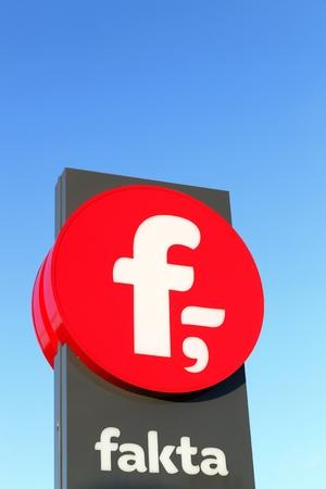 cooperativismo: Kolding, Dinamarca - 28 de febrero 2016: Fakta es una cadena danesa de tiendas de descuento. Es propiedad de la Sociedad Cooperativa de Consumidores de Dinamarca y fue fundada en 1981 como Dansk descuento
