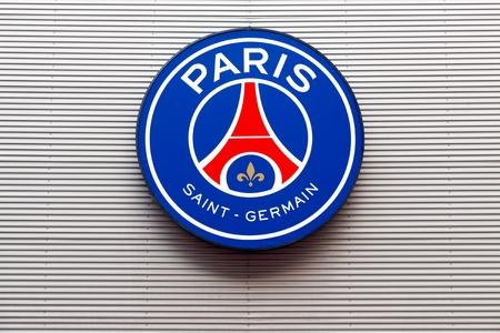 パルク ・ デ ・ プランスの壁にパリ, フランス - 2016 年 3 月 28 日: PSG ロゴ。パリ サン ・ ジェルマン ・ サッカー クラブ、通称 PSG はパリに拠点を置くフランスのプロサッカー クラブです。