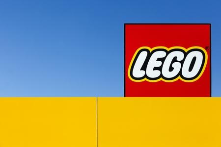 Billund, Denemarken - 14 mei 2016: Lego teken op een dak. Lego is een lijn van plastic constructie speelgoed die zijn vervaardigd door de Lego Group, een beursgenoteerd bedrijf gevestigd in Billund, Denemarken