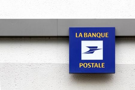 Nantes, France - 25 giugno 2016: Banque Postale logo su una parete. La Banque Postale è una banca francese creata il 1 ° gennaio 2006 come filiale di La Poste, il servizio postale nazionale