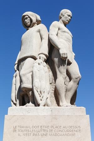 4 개의 종족 동상은 스위스 제네바의 다양한 거래 및 대륙 출신 근로자를 나타냅니다