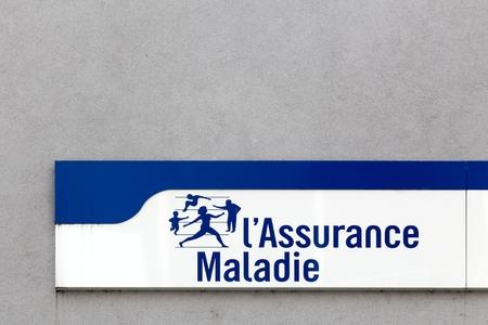 Firminy, Frankrijk - 17 augustus 2016: Sociale zekerheid teken op een muur. Ziekte tak genaamd Assurance Maladie is één van de vier takken met pensioen, familie, arbeidsongevallen en beroepsziekten in Frankrijk