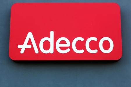 Fredericia, Denemarken - 10 september 2016: Adecco logo op een muur. Adecco Group, gevestigd in de buurt van Zürich, Zwitserland, is de grootste uitzendbureau ter wereld Redactioneel