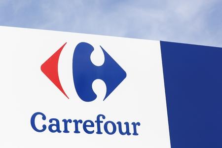 Macon, Frankrijk - 10 oktober 2016: Carrefour teken op een paneel. Carrefour is een Franse multinationale hoofdzetel in Frankrijk en is een van de grootste hypermarktketens ter wereld Stockfoto - 65470844