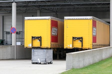 Billund, Denemarken - 14 mei 2016: Lego vrachtwagens en magazijn. Lego is een lijn van plastic constructiespeelgoed dat wordt geproduceerd door de Lego Group