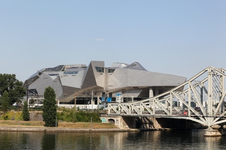 17 20: Lyon, France - August 17, 2016: The Confluence Museum is a science center and museum anthropology ouvert qui is 20 December 2014 in the second district of Lyon, France Editorial