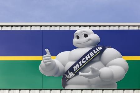 Villefranche, Frankrijk - 12 februari 2017: Michelin logo op een muur. Michelin is een bandenfabrikant gevestigd in Clermont-Ferrand in Frankrijk en is een van de drie grootste bandenfabrikanten ter wereld
