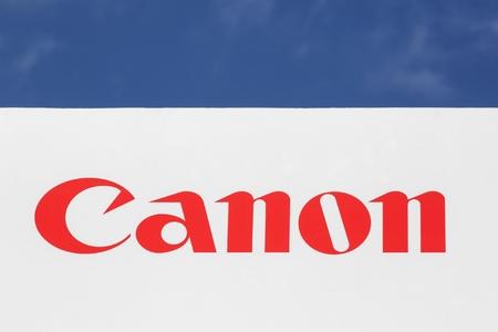 Kolding, Denemarken - 9 juli 2017: Canon-logo op een gevel. Canon is een Japanse multinational die gespecialiseerd is in de productie van imaging- en optische producten Stockfoto - 88011895