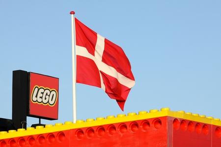 Billund, Denemarken - 12 november 2015: Lego-logo op een gebouw. Lego is een lijn van plastic constructiespeelgoed dat wordt vervaardigd door de Deense Lego Group Redactioneel