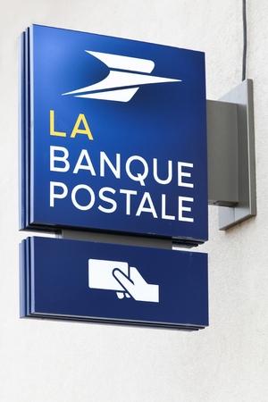 Villefranche, Francia - 18 marzo 2018: Banque postale su un muro. La Banque postale è una banca francese creata il 1 ° gennaio 2006 come filiale di La Poste, il servizio postale nazionale