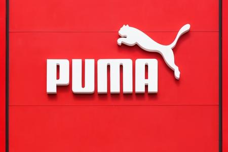 Brême, Allemagne - 2 juillet 2017 : logo Puma sur un mur. Puma est une grande entreprise multinationale allemande qui produit des chaussures de sport, des vêtements de sport, des vêtements de sport, dont le siège est en Allemagne