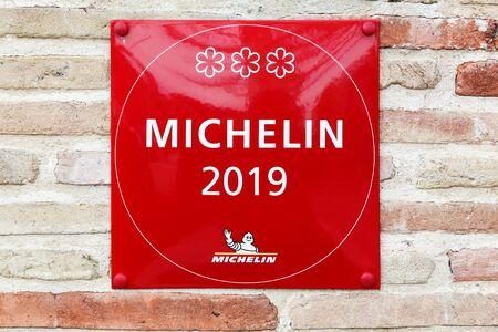 Vonnas, Francia - 5 de abril de 2019: Restaurante Michelin símbolo de 3 estrellas en una pared. Las guías Michelin son una serie de guías editadas por la empresa francesa Michelin desde hace más de un siglo.