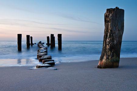 shoreline: Groyne viejo en la orilla del mar B�ltico.