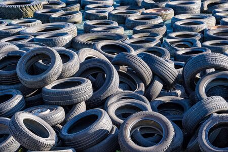 Old tires on a stack. Standard-Bild