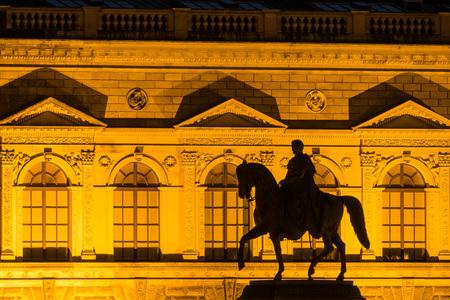 uomo a cavallo: scultura Cavaliere a Dresda (Germania).