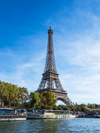 View to the Eiffel Tower in Paris, France. Standard-Bild - 109172356