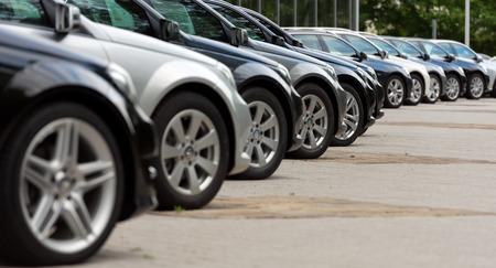 Auto's te koop op een parkeerplaats Redactioneel