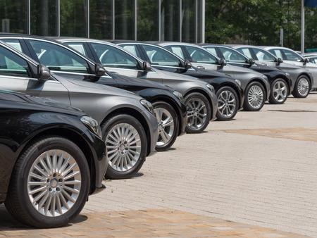 gebruikte auto's te koop in een lange rij Redactioneel