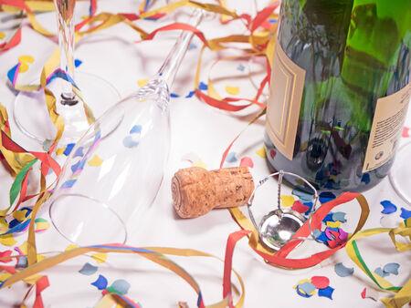 jahreswechsel: una bottiglia aperta di champagne con confetti
