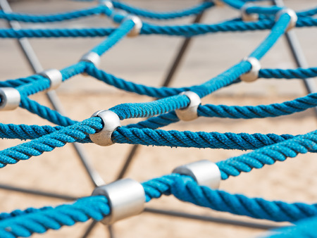 climbing frame: corde blu nette su una cornice di arrampicata