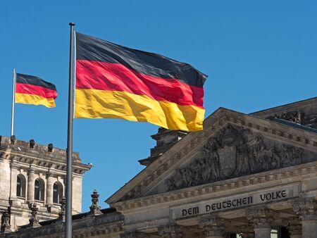bandera de alemania: dos banderas de Alemania en la parte superior del Reichstag Foto de archivo