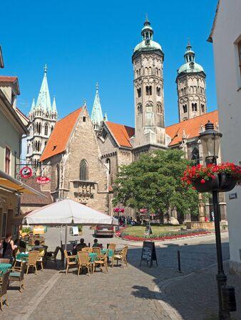 dom: Dom Eglise ancienne à Naumburg en Allemagne orientale