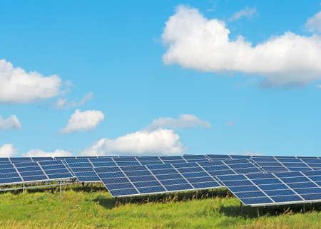 paneles solares: paneles solares bajo un cielo azul del verano