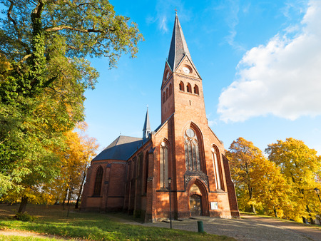 iglesia: Iglesia de piedra de ladrillo en el norte de Alemania Foto de archivo