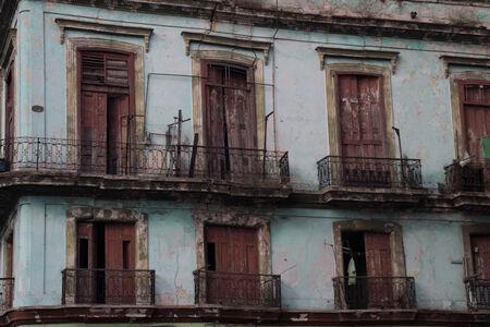 weather beaten: vecchio balconery a La Avana, Cuba