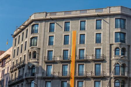 11 september: la construcci�n al aire libre en la calle de Barcelona con gran bandera catal�n del 11 de septiembre de celebraci�n
