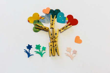 pinzas: pequeñas pinzas clothespin árbol desde el blanco Foto de archivo