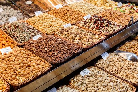 dried fruits at Mercat de Sant Josep de La boqueria Market in Barcelona Imagens