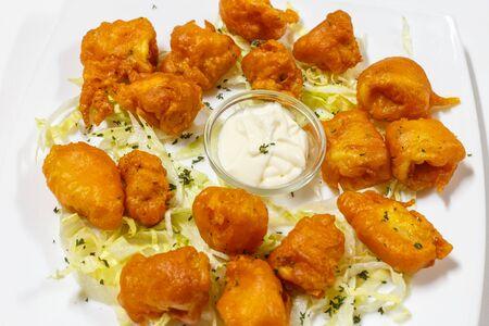 tapas espa�olas: tapas espa�olas. anillos de calamar fritos. aperitivo t�pico. enfoque selectivo. De cerca. Calamares a la romana.