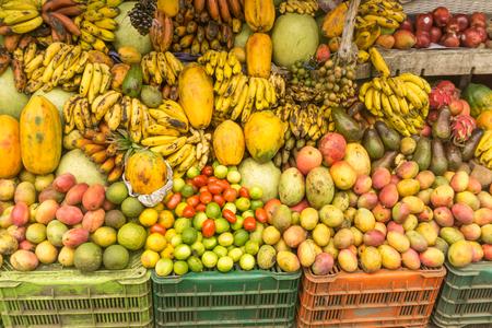 lokale markt fruitwinkel uit tropisch land Stockfoto