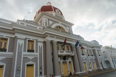 center hall colonial: CIENFUEGOS, CUBA - DECEMBER 31, 2016: Central park view, with central comunist party executive building . Editorial