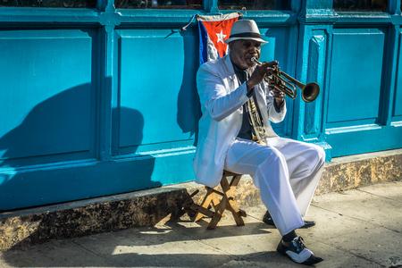 La Habana, Cuba - 26 de diciembre de 2016: serie de retratos cubanos, jugador de trompeta en la calle