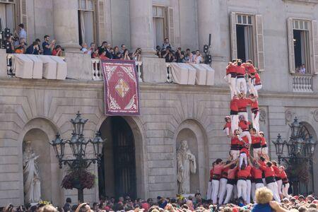 Barcellona, ??Catalogna, 24 settembre 2017: Castellers a Barcellona durante la celebrazione di La Merce di fronte al municipio Archivio Fotografico - 90558110